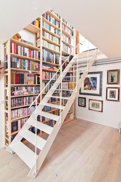 階段脇の作り付けの巨大本棚_[0].jpg